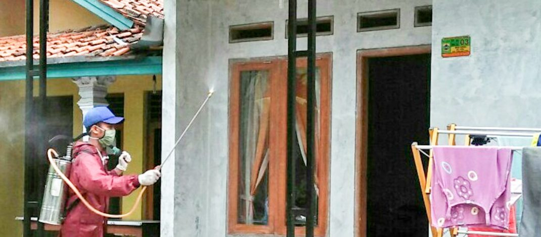 Penyemprotan Desinfektan Oleh Karang Taruna Dusun 2 Desa Gedeg